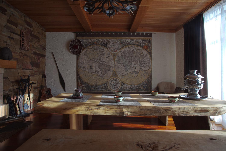 Предбанник с большим деревянным столом и лавочками.