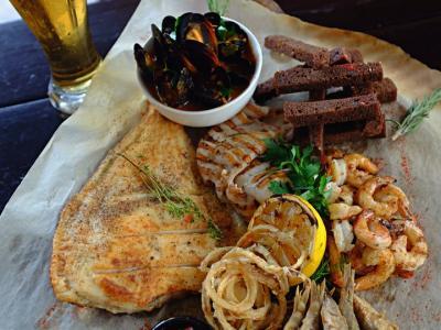 Сет с морепродуктами и соусом в оригинальной авторской подаче.